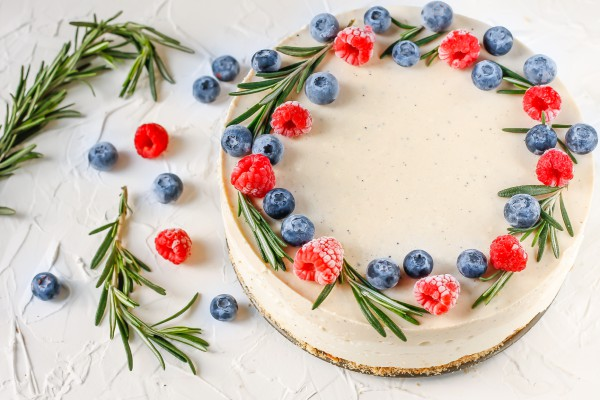 Творожный торт с печеньем без выпечки