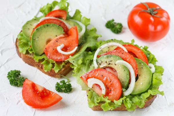 Бутерброды с авокадо и помидорами
