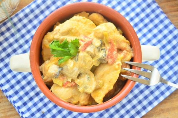 Курица, тушенная с овощами и грибами в сметане