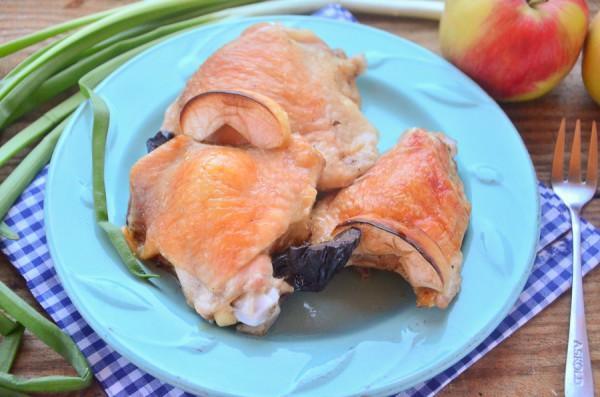 Курица, запеченная с яблоками и черносливом