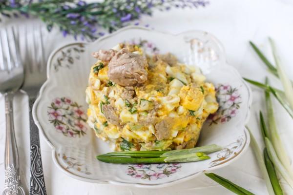 Салат из печени трески с зеленым луком и яйцом