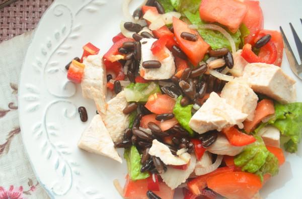 Салат с курицей, фасолью и овощами