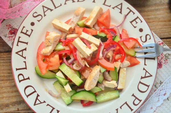Салат с курицей, тофу и овощами