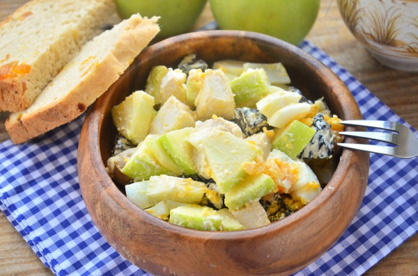 Салат с курицей, яблоком и черносливом