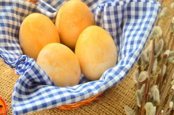Как красить яйца паприкой