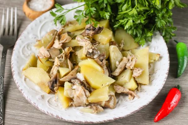 Картофель, запеченный в горшочках с грибами и паштетом