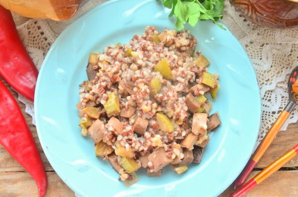 Красный рис с овощами в горшочках