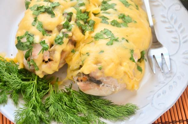 Куриное филе, запеченное с грибами и луком