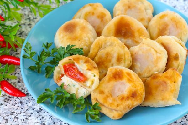 Пирожки-бомбочки с помидорами и сыром
