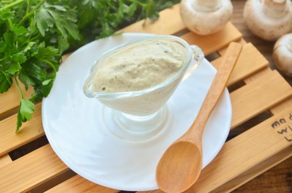 Сметанный соус с грибами и зеленью