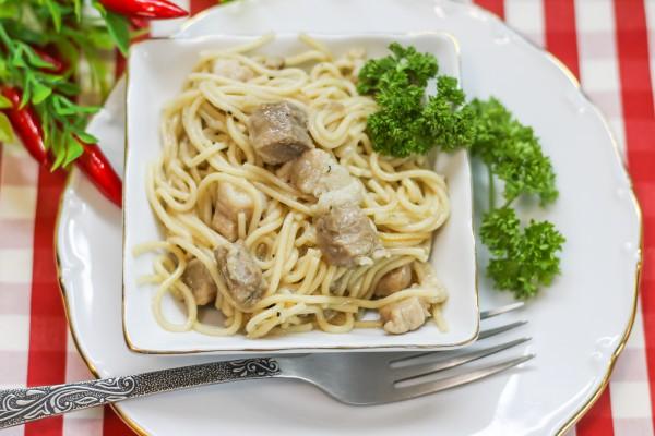 Спагетти с обжаренной грудинкой