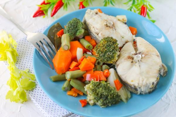 Судак, тушенный с овощами