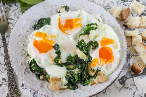 Яичница с куриным филе и шпинатом