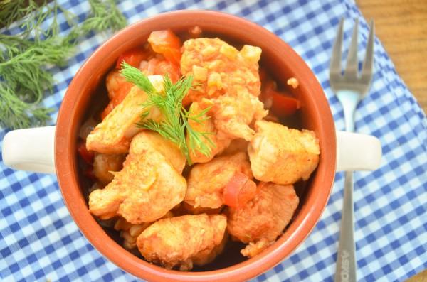 Куриная грудка в томате с овощами