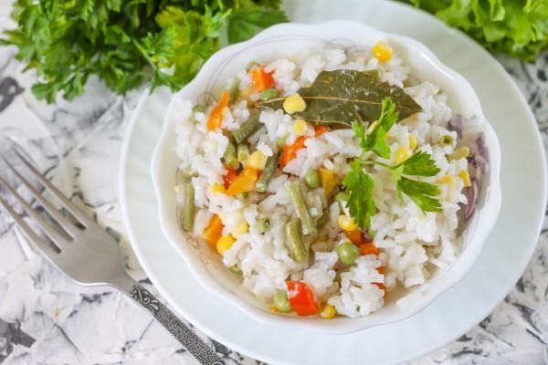 Отварной рис с замороженными овощами