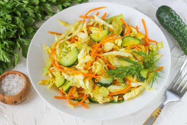 Салат из капусты с огурцами, морковью и куркумой