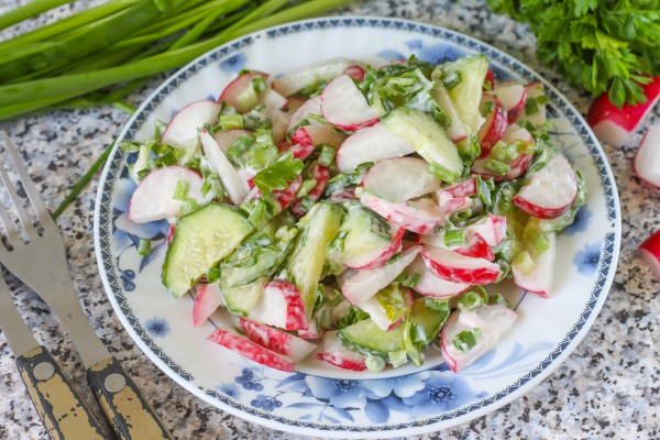 Салат из редиски и огурцов с майонезом