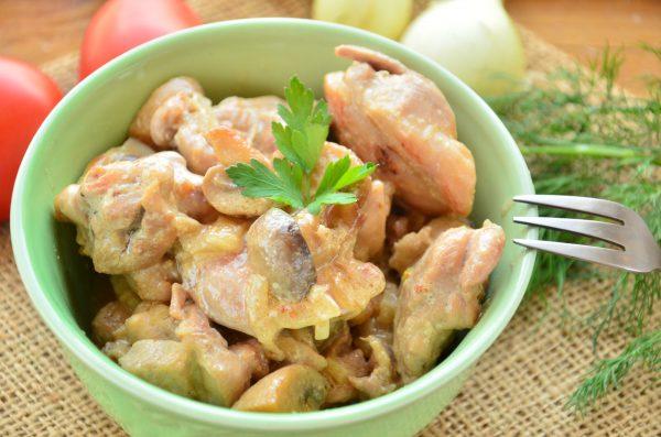 Курица, тушенная с маринованными шампиньонами