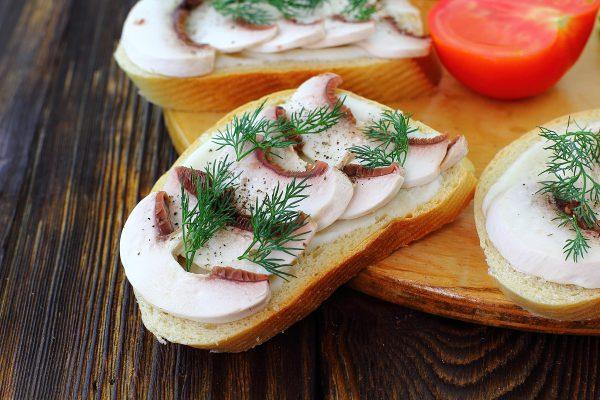 Бутерброды со свежими шампиньонами