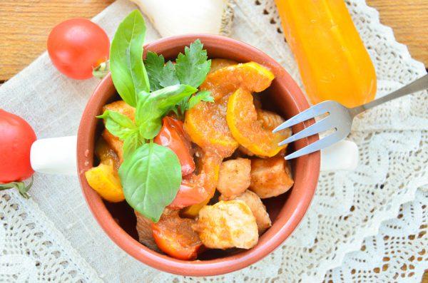 Курица, тушенная с цуккини и помидорами черри