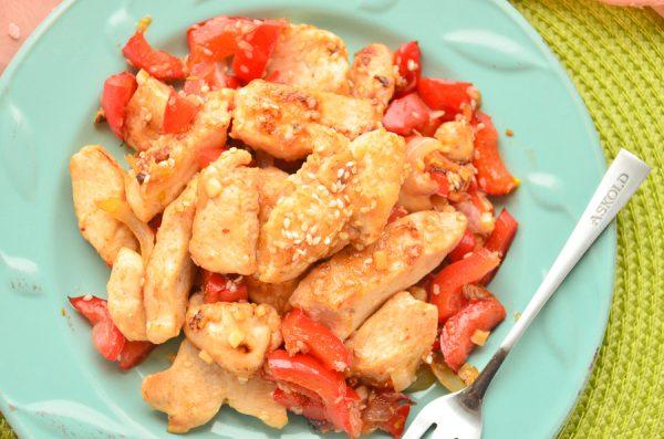 Пикантная курица с кунжутом и болгарским перцем