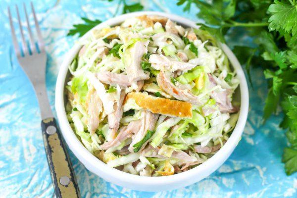 Салат с капустой, курицей и яичными блинчиками