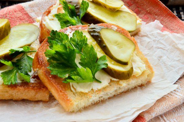 Гренки с плавленым сыром и солеными огурцами