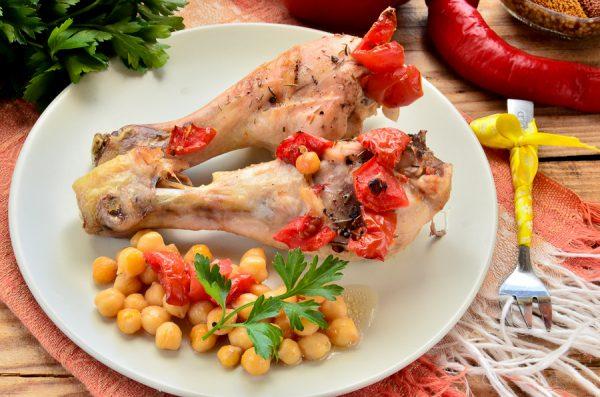 Курица, запеченная с томатами и нутом