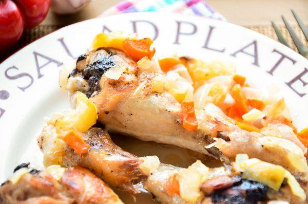 Куриные голени, запеченные с яблоками и овощами