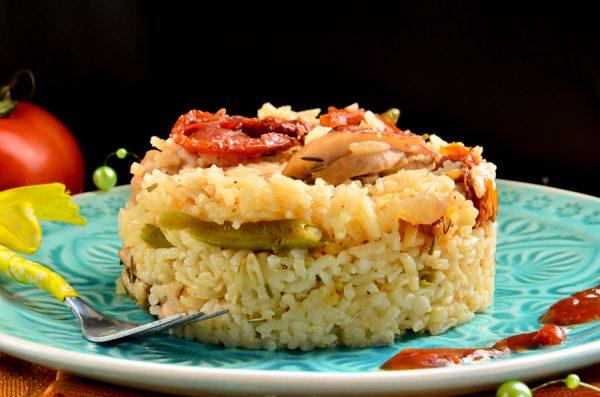 Рис с курицей, фасолью и вялеными томатами