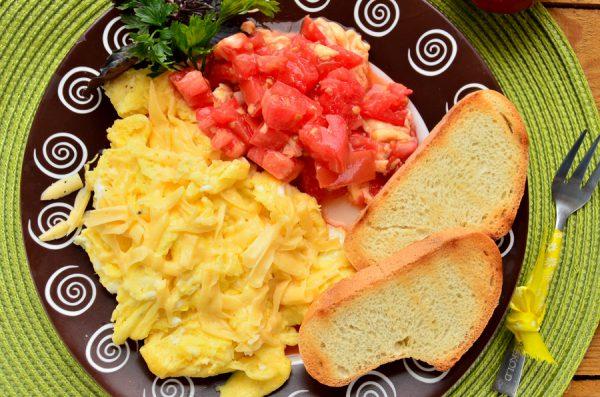 Скрэмбл с помидорами и сыром