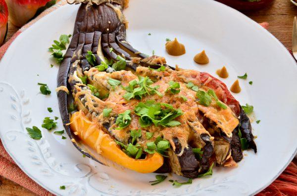 Веер из баклажанов с грибным соусом и овощами