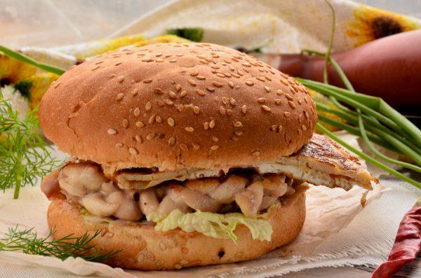 Бургер с куриной рубленой котлетой и омлетом