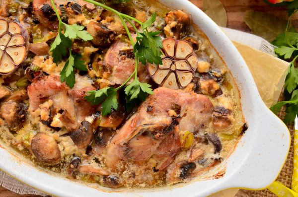 Курица в сливках с грибами и луком-пореем