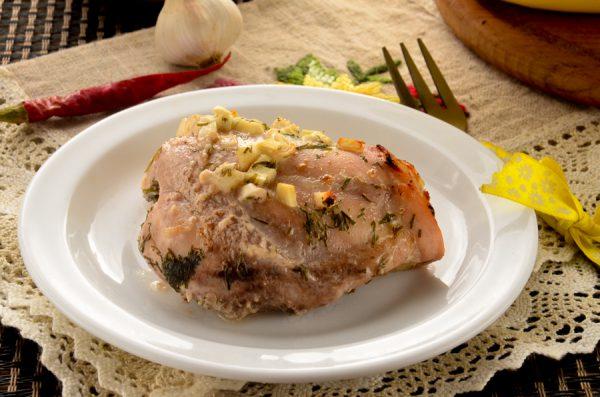 Курица, запеченная в кефире с чесноком и укропом