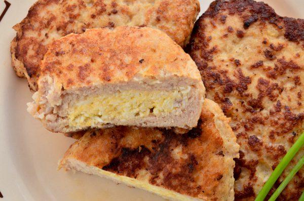 Куриные котлеты с сыром, яйцом и чесноком