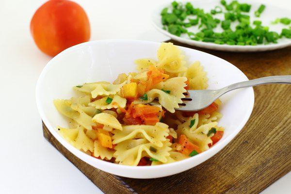 Паста с помидорами и чесноком