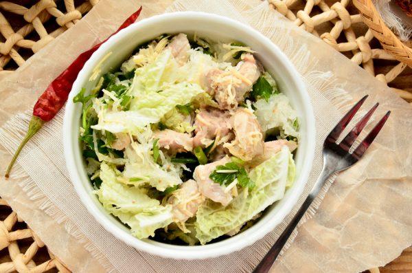 Салат с дайконом, курицей, пекинской капустой и сыром