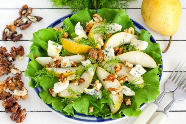 Салат с грушей, голубым сыром и грецкими орехами
