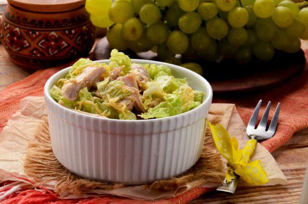 Салат с курицей, виноградом, пекинской капустой и сыром