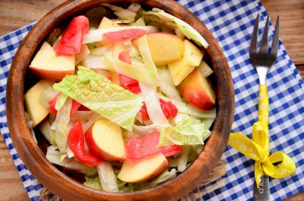 Салат с маринованным имбирем, яблоком, белокочанной и пекинской и капустой