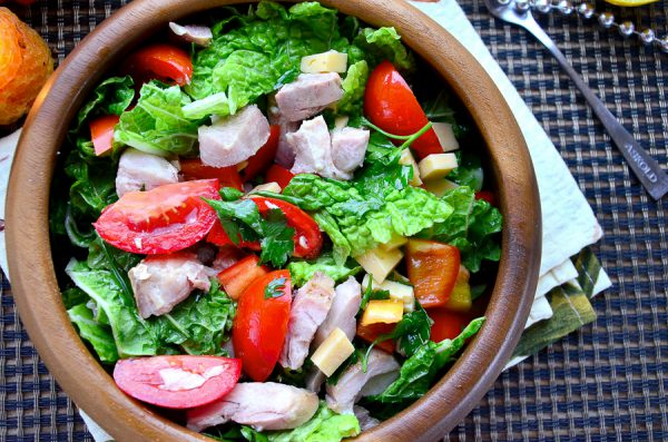 Салат с запеченной курицей, сыром и овощами