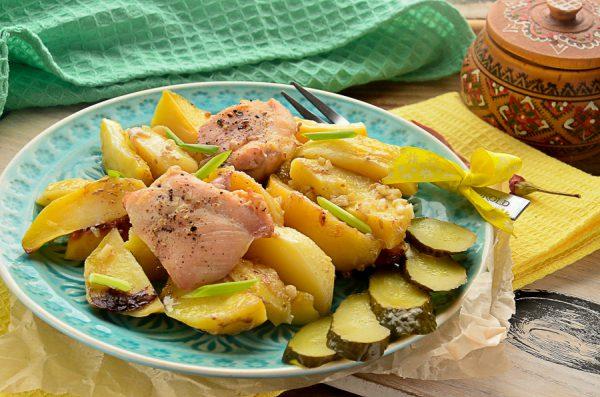 Картофель по-деревенски с курицей в духовке