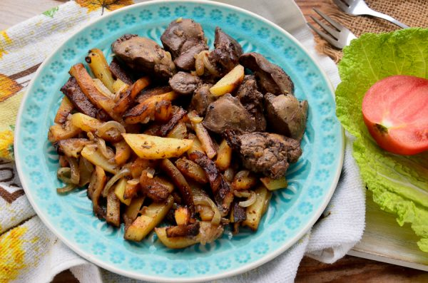 Картофель, жаренный с куриной печенью