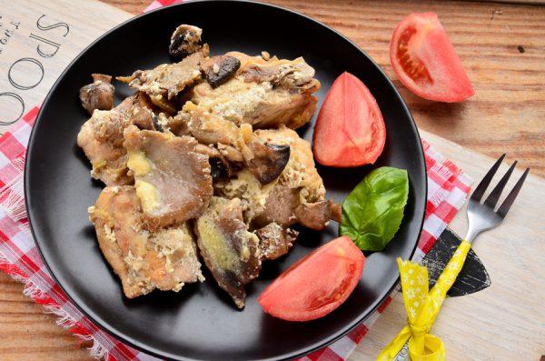 Курица, тушенная с грибами и сельдереем