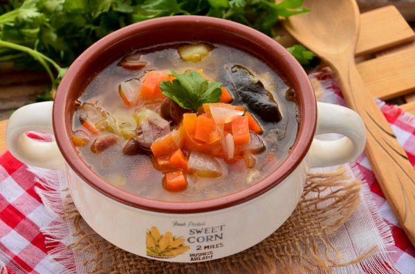 Куриный суп с капустой и охотничьими колбасками