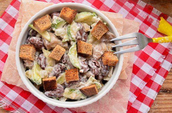 Салат с фасолью, сухариками и грибами