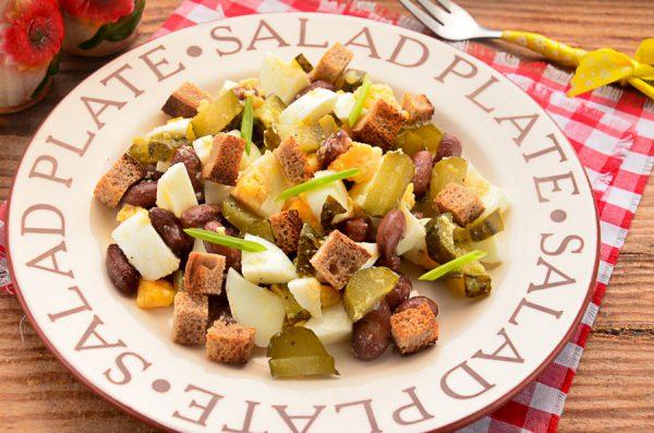 Салат с фасолью, сухариками и солеными огурцами