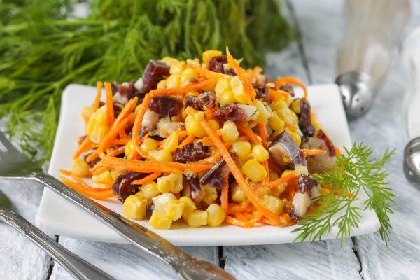 Салат с копченой колбасой, кукурузой и морковью по-корейски