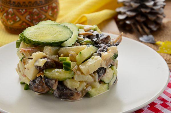 Салат с копченым минтаем и жареными шампиньонами